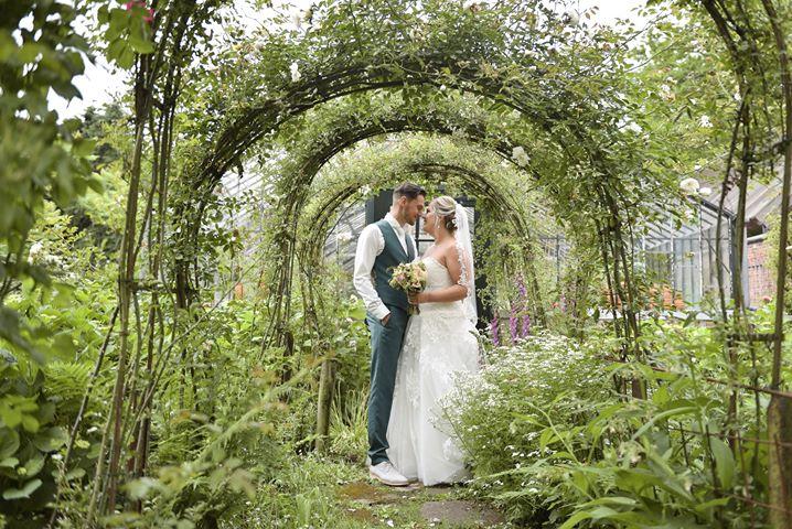 bruiden, bruidspaar, bruid, bruidegom, bruidsjurk, trouwjurk, trouwen, bruiloft
